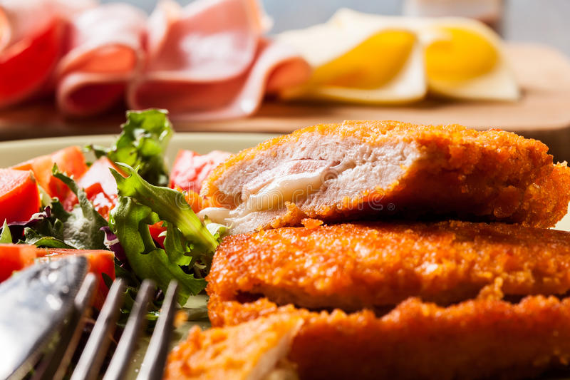 Kotelett Cordon bleu mit Salat lizenzfreies stockbild