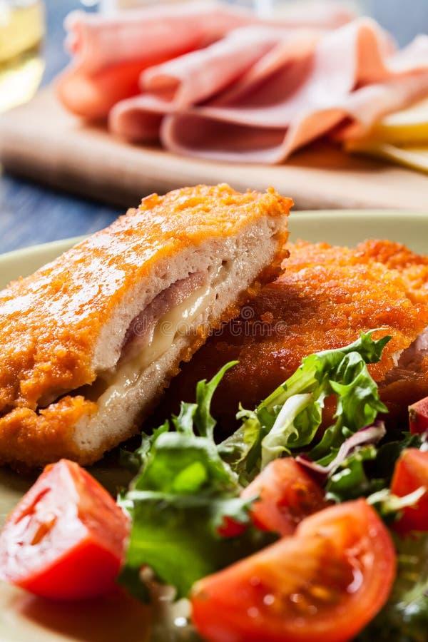 Kotelett Cordon bleu mit Salat lizenzfreies stockfoto