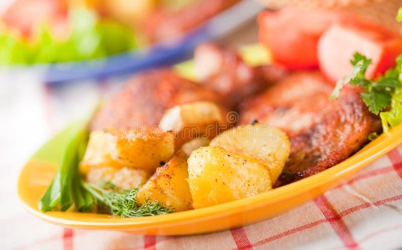 Kotelett mit gebratener Kartoffel lizenzfreie stockbilder