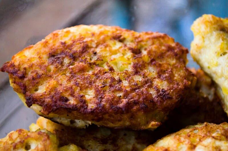 koteletts Hühnerkoteletts Gebratene Koteletts Richtige Nahrung kochen Kochen von köstlichen Burgern lizenzfreie stockbilder