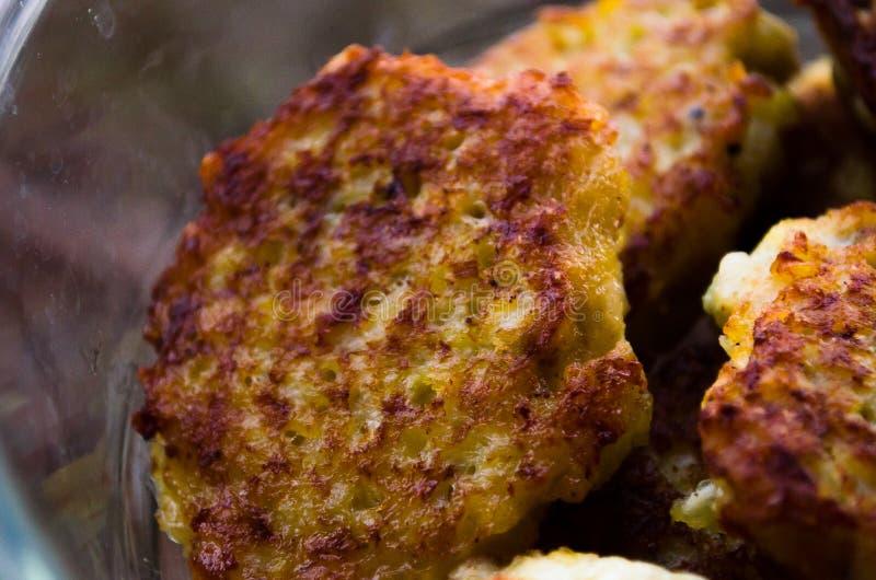 koteletts H?hnerkoteletts Gebratene Koteletts Koteletts im Topf Richtige Nahrung kochen Kochen von k?stlichen Burgern stockbilder