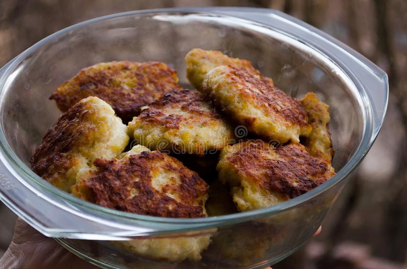 koteletts H?hnerkoteletts Gebratene Koteletts Koteletts im Topf Richtige Nahrung Kochen von k?stlichen Burgern Glaswanne mit Flei stockfotografie