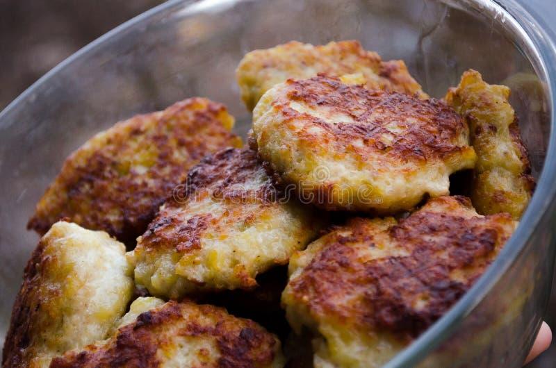 koteletts H?hnerkoteletts Gebratene Koteletts Koteletts im Topf Richtige Nahrung Kochen von k?stlichen Burgern Glaswanne mit Flei lizenzfreies stockfoto