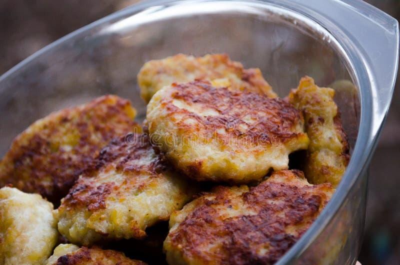 koteletts H?hnerkoteletts Gebratene Koteletts Koteletts im Topf Richtige Nahrung Kochen von k?stlichen Burgern Glaswanne mit Flei stockfotos