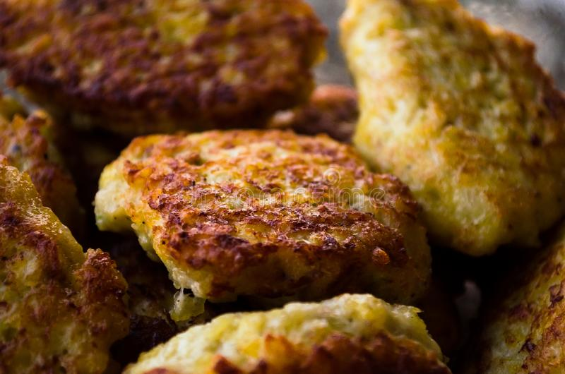 koteletts H?hnerkoteletts Gebratene Koteletts Koteletts im Topf Richtige Nahrung Kochen von k?stlichen Burgern kotelett Geschmack stockbild