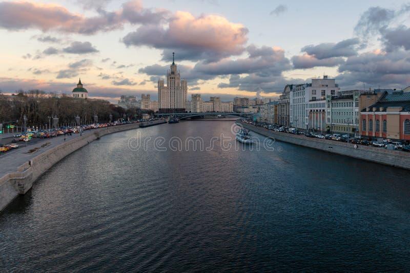 Kotelnicheskaya堤防和Moskva河晚上视图的老苏联摩天大楼 库存照片