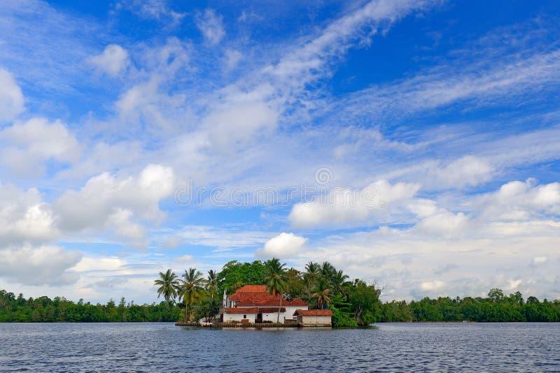Kothduwa寺庙或者科思Duwa王侯玛哈Viharaya,佛教寺庙, Madu甘加覆盖与深蓝天空 本托特河,斯里兰卡 免版税库存图片