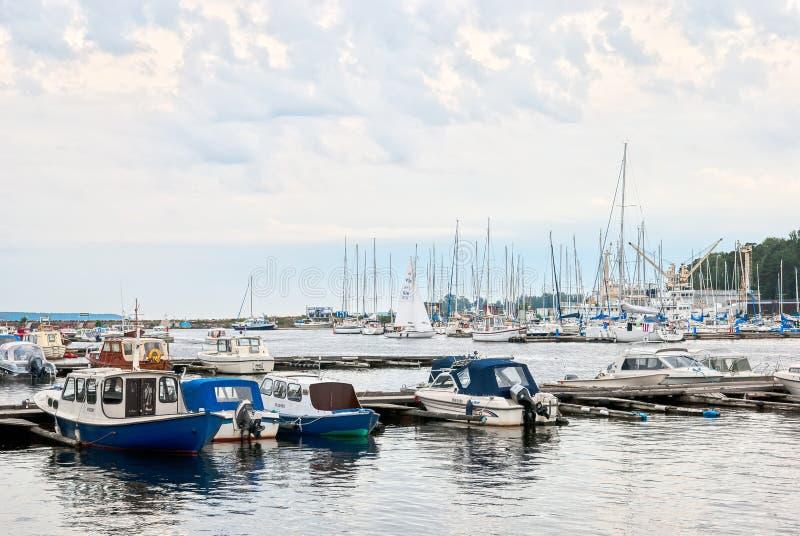 Kotka finland Barcos na baía de Sapokka foto de stock