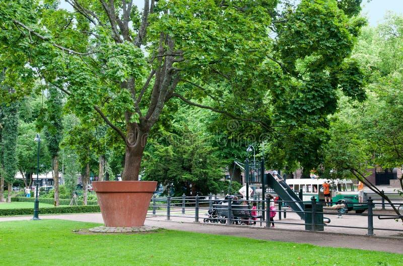 Kotka finland Crianças no parque de Sibelius imagens de stock
