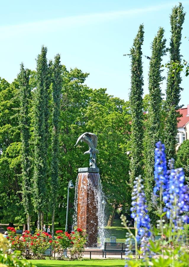 Kotka, Finland Een mening over beeldhouwwerkfontein Kotkat in het park van Sibelius ` s royalty-vrije stock afbeeldingen