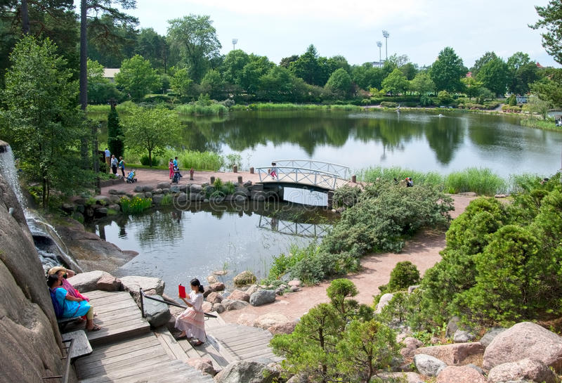 Kotka finland Povos no jardim da água de Sapokka imagem de stock royalty free