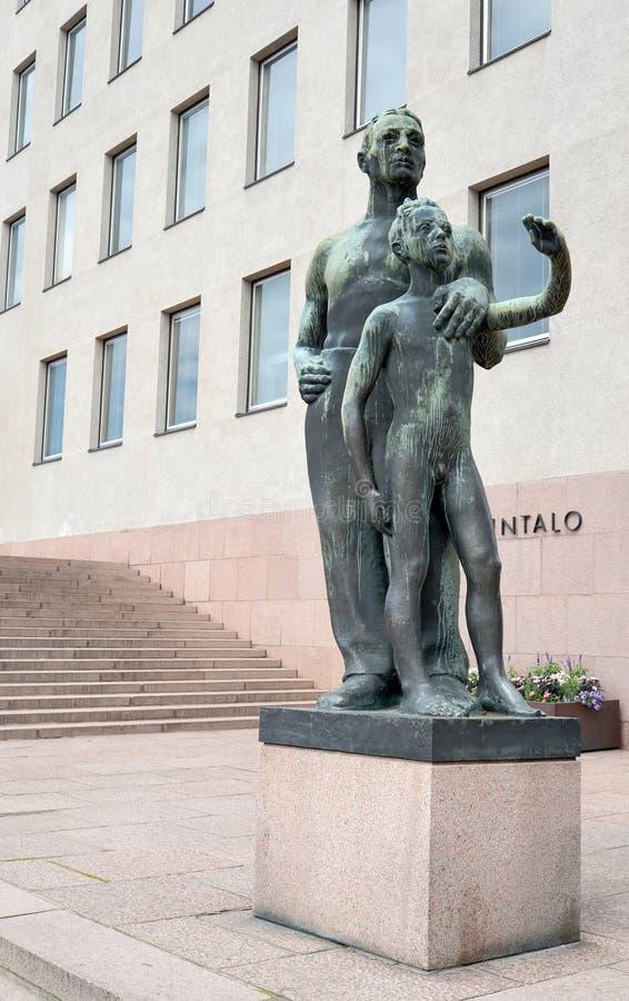 Kotka, Finlande Fils d'un ` de sculpture en ville de ` de Kotka au sujet du bâtiment d'hôtel de ville photos libres de droits