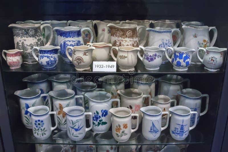 KOTKA, FINLANDIA - 23 DE OUTUBRO DE 2018: Coleção de pratos de porcelana Arábia no centro marítimo Vellamo fotografia de stock royalty free