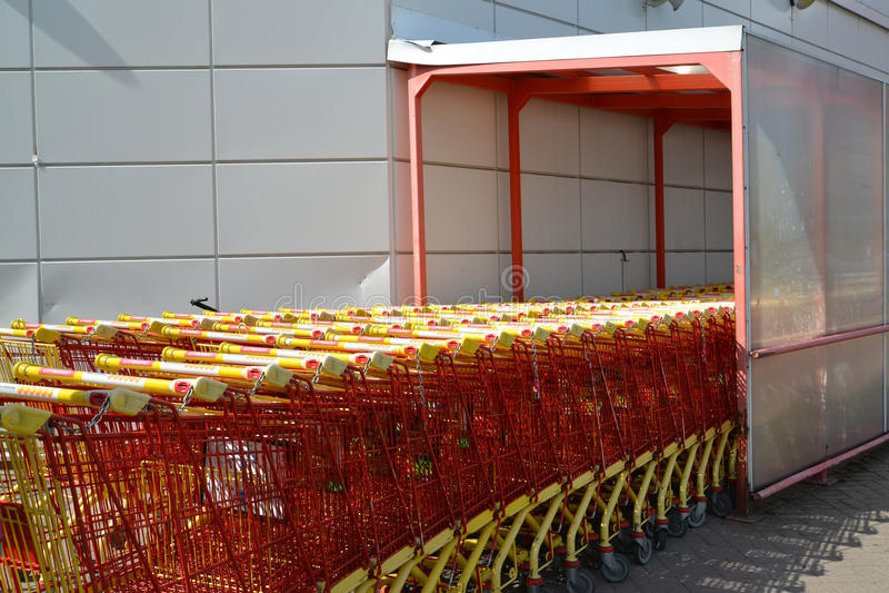 Kotka, Finlandia Os carros de comércio estão perto da construção do shopping fotos de stock royalty free