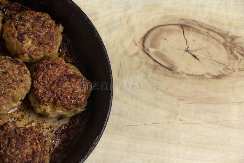 Kotletter för nytt kött i ett stekpannagaller arkivbild