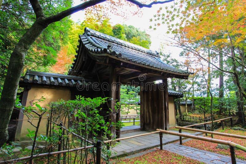 Kotoin tempel i hösten (nordliga Kyoto, Japan) royaltyfri fotografi