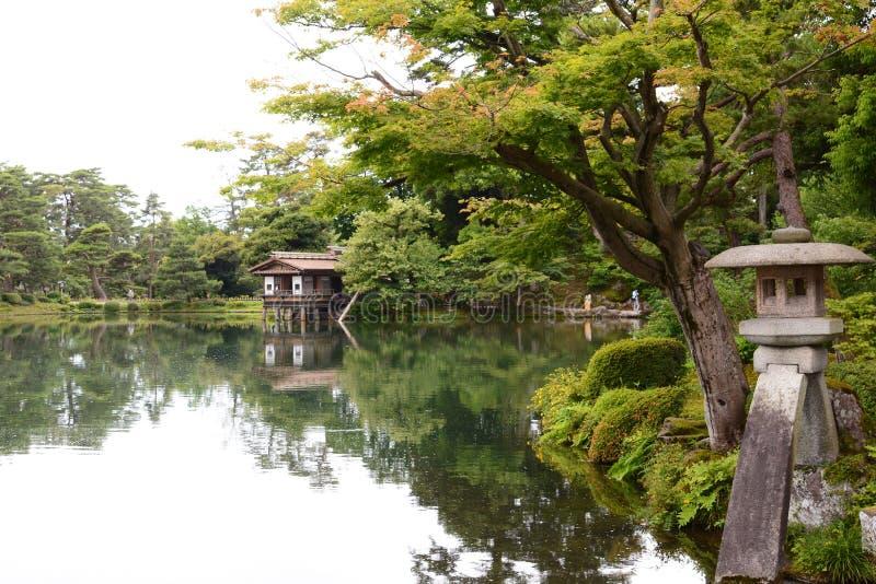 Kotoji Toro, la linterna de piedra, y charca de Kasumigaike jard?n Kenroku-en Kanazawa jap?n foto de archivo libre de regalías