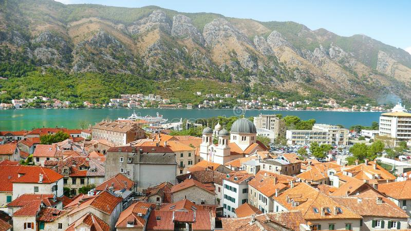 Kotor Μαυροβούνιο Πολλά σπίτια στις ακτές Εναέρια πόλη άποψης στοκ εικόνες