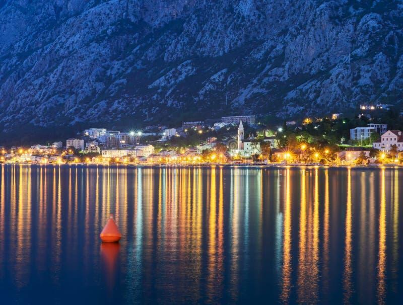 Kotor-Bucht in Montenegro nachts Wasser-Reflexionen stockfotos