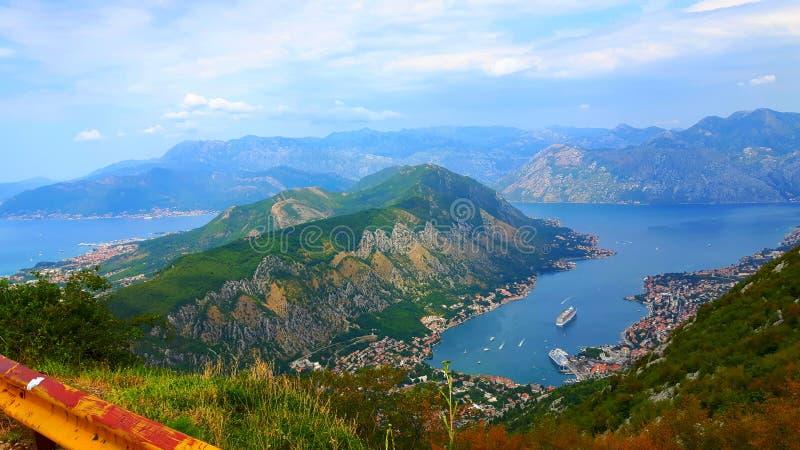 Kotor fjärd/fjärd av Kotor i Montenegro arkivfoton