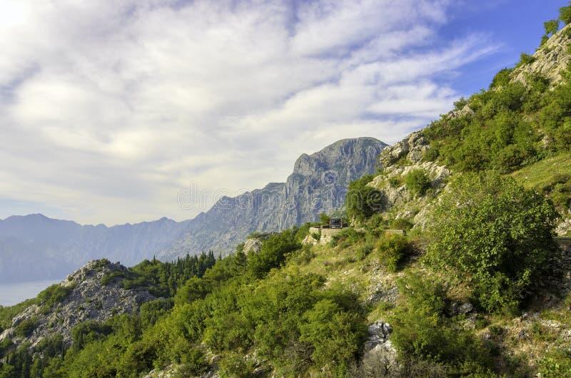 Kotor fjärd med det härliga steniga berget på soluppgången, Montenegro arkivbild