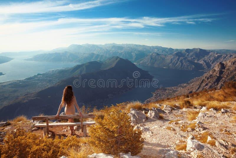 Kotor fjärd Montenegro Romantisk kvinna på bänk ovanför landskapnolla arkivbild