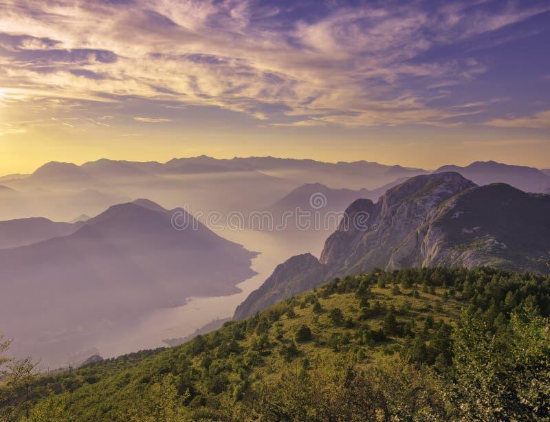 Kotor fjärd som över ses från in en härlig solnedgångsommardag Turist- eyeliner på pir Montenegro Fjärd av den Kotor golfen arkivfoto
