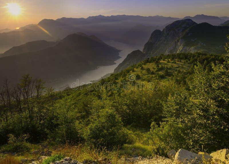 Kotor fjärd som över ses från in en härlig solnedgångsommardag Turist- eyeliner på pir Montenegro Fjärd av den Kotor golfen royaltyfri fotografi