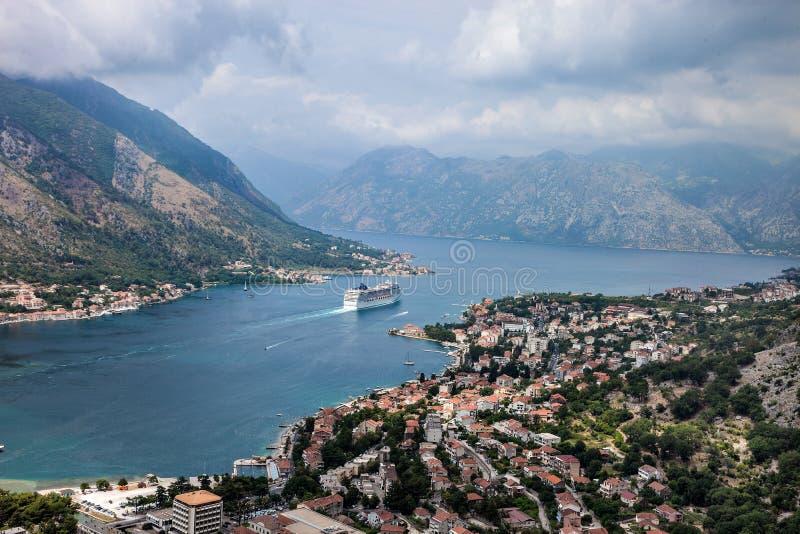 Kotor i en härlig sommardag, Montenegro Sikten från bergen till fjärden i Montenegro arkivfoton