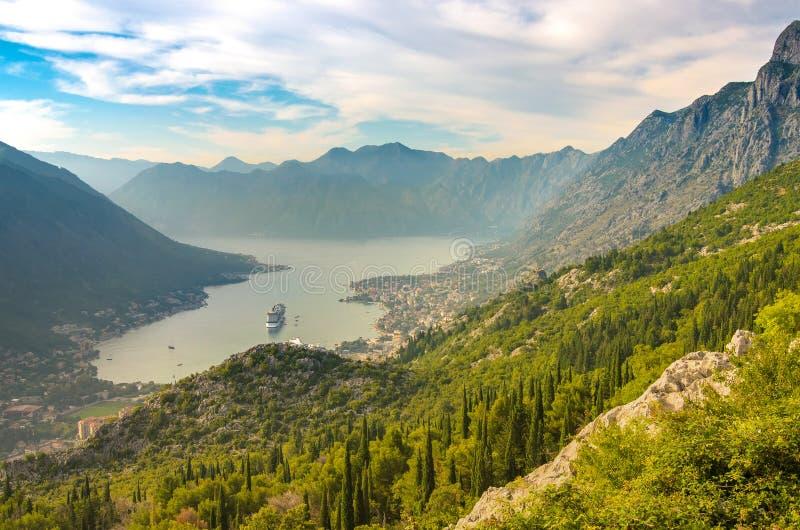 Kotor i en h?rlig sommardag Turist- eyeliner på pir Montenegro Fjärd av den Kotor golfen av Kotor, Boka Kotorska arkivbild