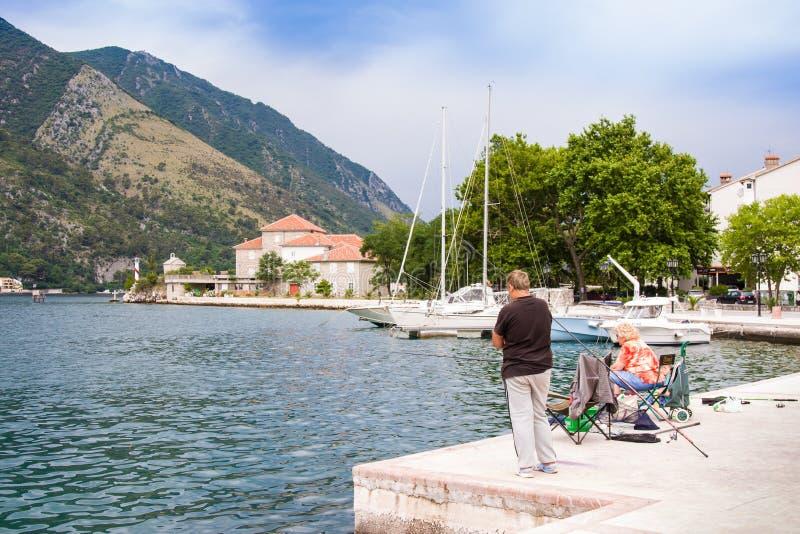 Kotor Montenegro, Czerwiec, - 24, 2015: Starego człowieka połów na Kotor zatoce Kotor lokalizuje w ustronnej poradzie Boka Kotors fotografia royalty free