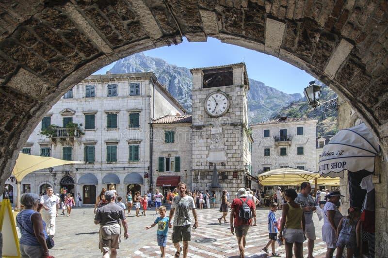 Kotor, Montenegro, Europa, entrada no quadrado dos braços fotografia de stock