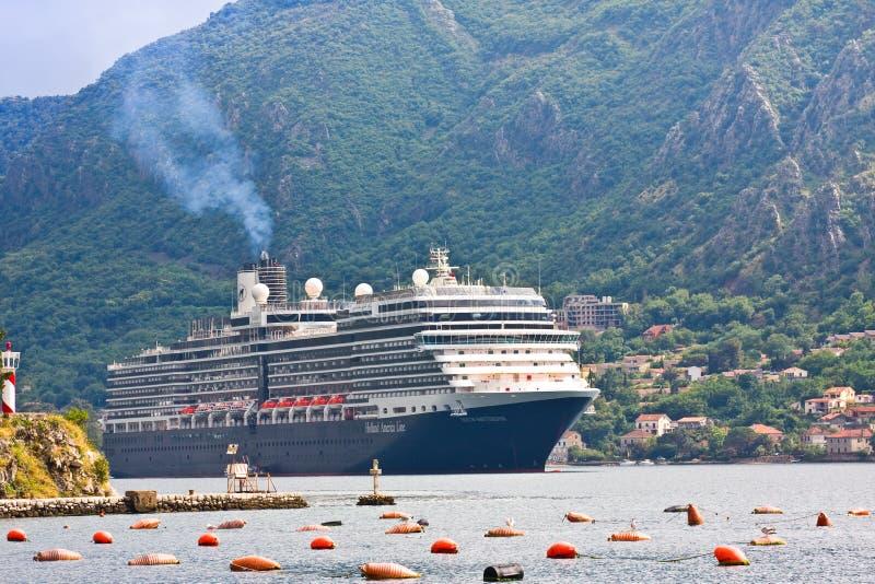 KOTOR, MONTENEGRO - JUNI 24, 2015: Cruiseschip in de haven van Kotor in bewolkte dag montenegro royalty-vrije stock afbeelding