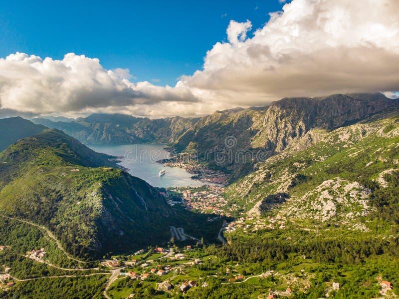 Kotor, Montenegro La baia della baia di Cattaro ? uno di posti pi? bei sul mare adriatico, si vanta la fortezza veneziana conserv immagini stock libere da diritti