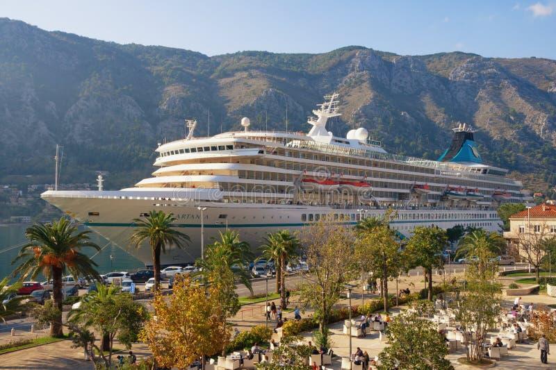 KOTOR MONTENEGRO, LISTOPAD, - 11, 2018: Statek wycieczkowy Artania przyjeżdżał przy portem w Kotor mieście fotografia royalty free