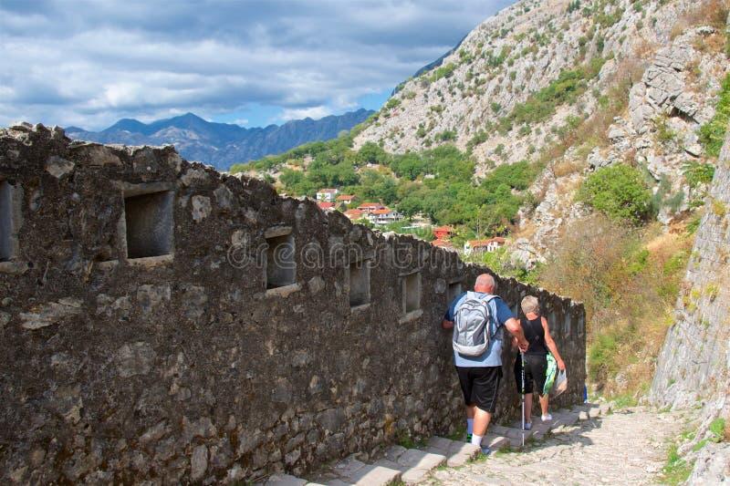 Kotor, Montenegro - octubre de 2017: Turistas que caminan el rastro a lo largo de las paredes del fortalecimiento en la ciudad vi foto de archivo libre de regalías