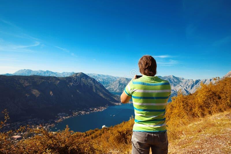Kotor montenegro Opinião traseira o turista do homem novo que toma a foto o fotografia de stock royalty free