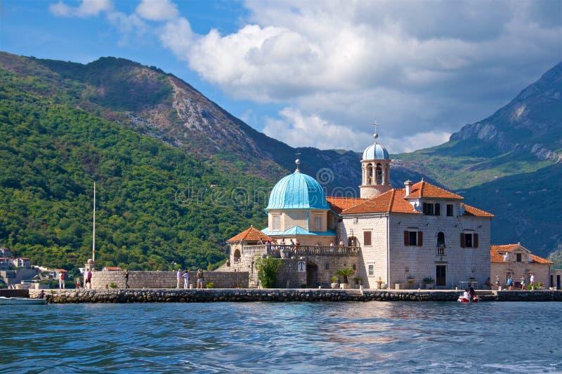 Kotor Montenegro, Październik, - 2017; Turysta odwiedza Nasz damy Rockowy kościół w Kotor, Montenegro zdjęcia stock