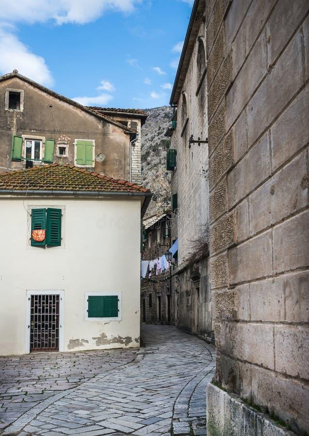 Kotor, Montenegro, 24 01 2015 Schmale Straße der alten Stadt von lizenzfreie stockfotografie