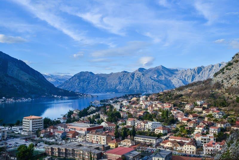 Kotor Montenegro Widok nad Boka-Kotorska zatoki, gór, dennego i starego miasteczkiem, zdjęcia stock