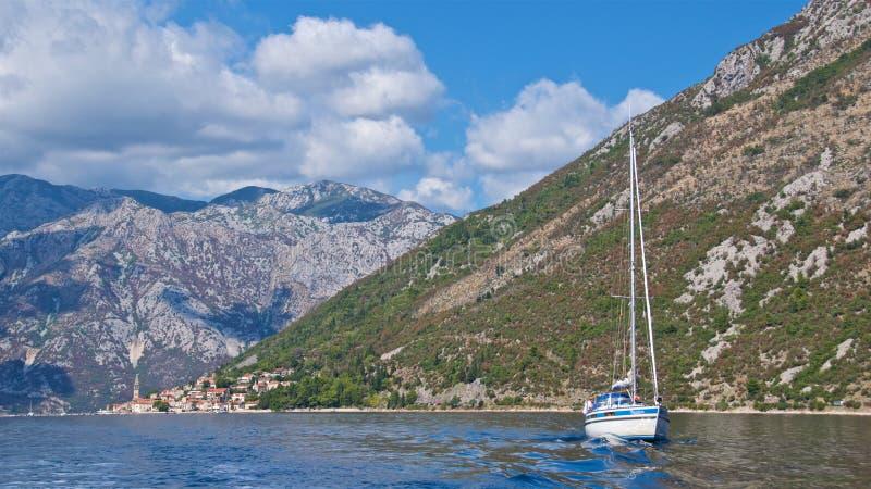 Kotor zatoka Montenegro, Październik, - 2017: Łódź pływa statkiem wzdłuż Kotor zatoki w Montenegro zdjęcie royalty free