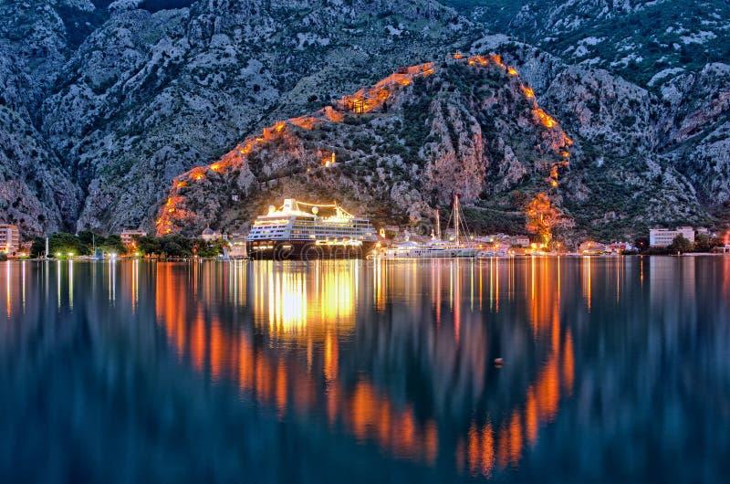 Kotorwaterkant 's nachts, Montenegro stock afbeelding