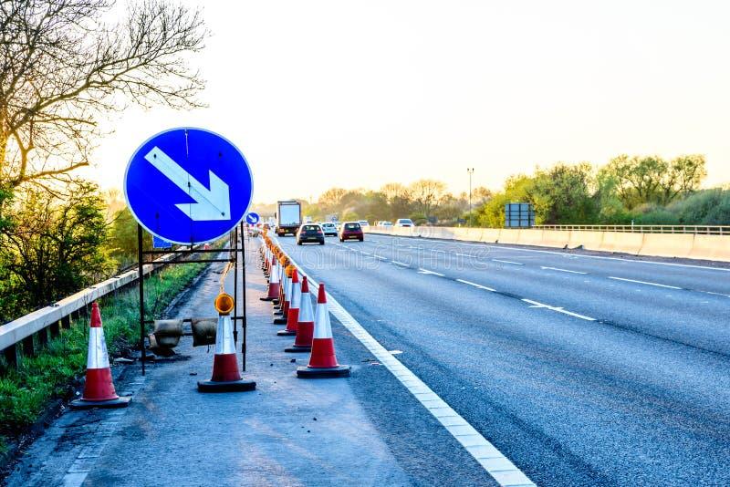 Kottar för Roadworks för service för Motorway för aftonsiktsUK royaltyfri bild