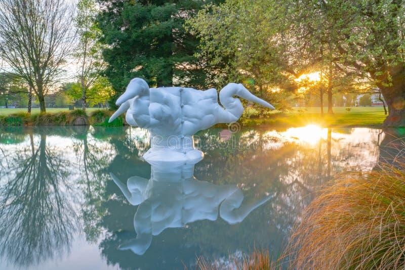 Kotuku,在2002年白色玻璃纤维雕塑卡罗琳罗斯维尔 免版税库存照片