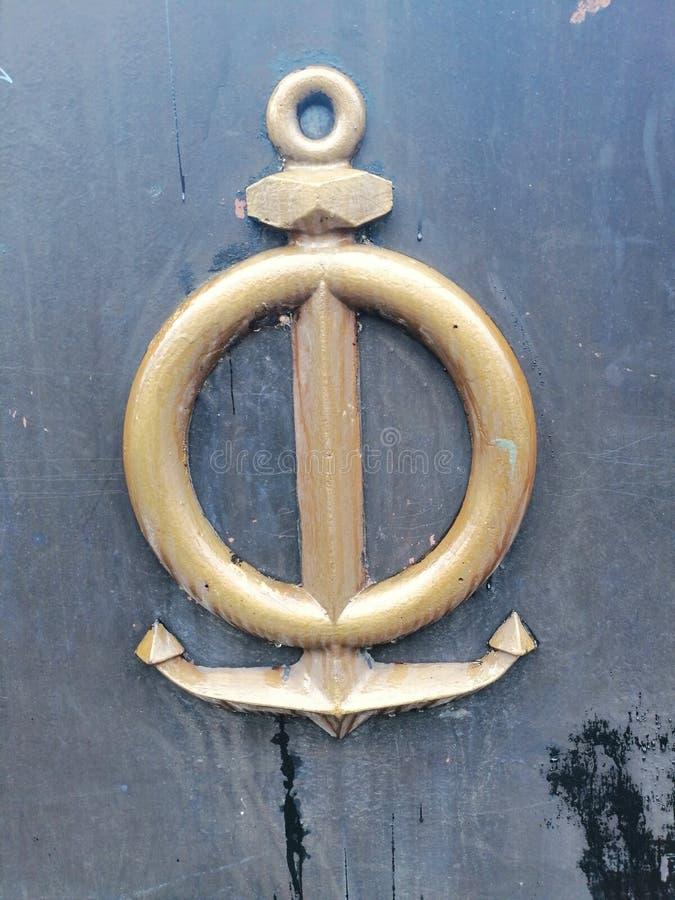 Kotwica na starej metal bramie obrazy stock