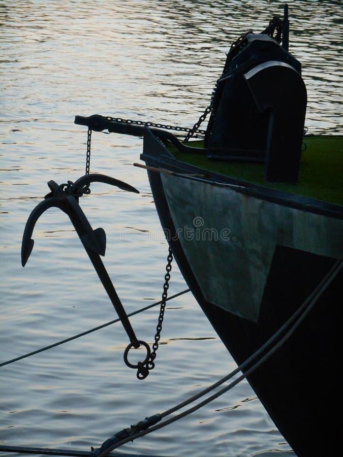Kotwica podnosząca z wody na pokładzie statku, zmrok zdjęcia stock