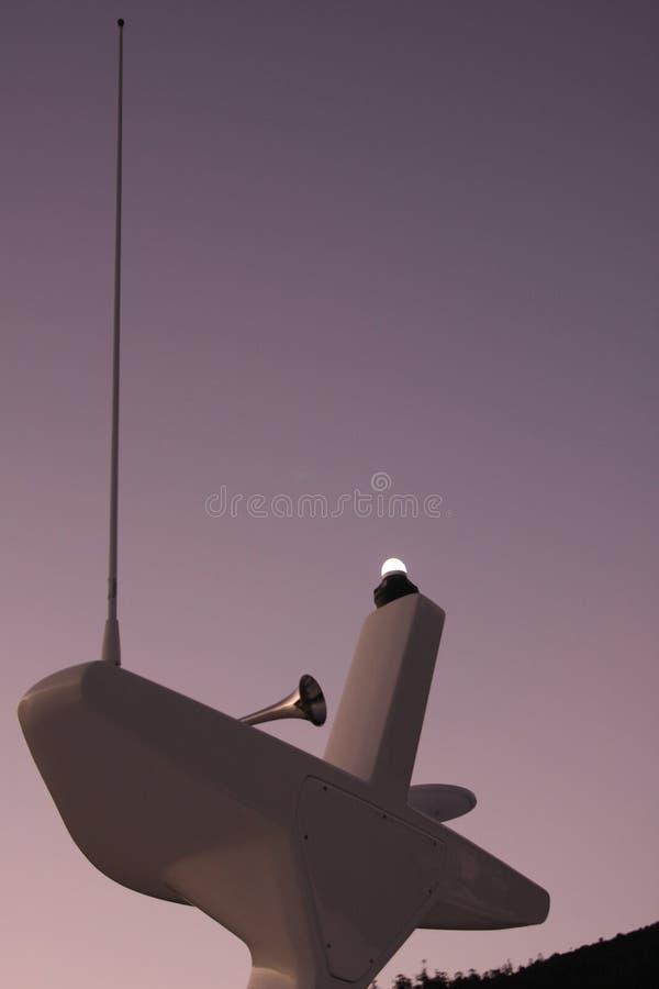 Kotwicowy światło, róg i radiowa antena na maszcie catamaran, obrazy royalty free