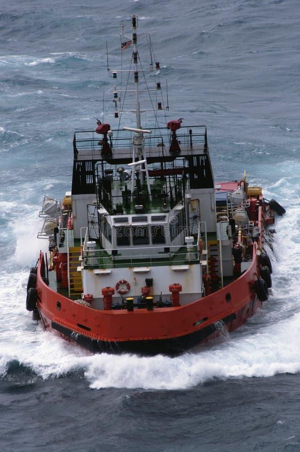 Kotwicowy Obchodzi się holownik Zaopatrzeniowy AHTS przy morzem obraz royalty free