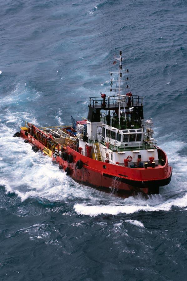 Kotwicowy Obchodzi się holownik Zaopatrzeniowy AHTS przy morzem obraz stock