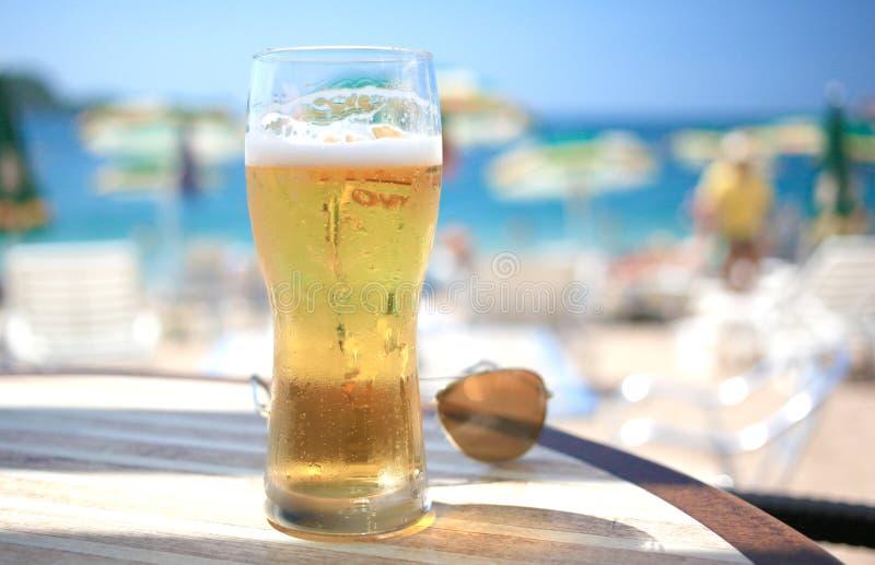Koud bierglas op de barlijst stock foto's